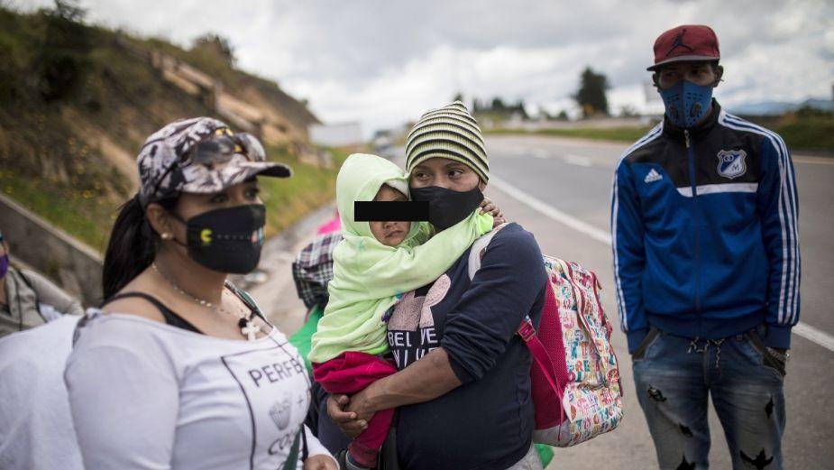 Niño de 13 años cruza la frontera cargando a su hermanito de tan sólo SIETE MESES