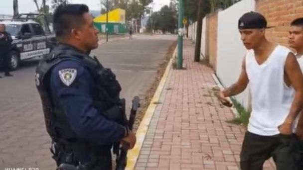 VIDEO VIRAL: ¿Quién dice que el arte no libera? Jóvenes evitan arresto al  rapear frente a la policía | El Heraldo de México