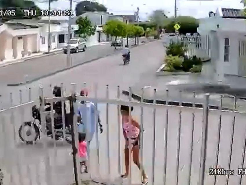 VIDEO VIRAL: Por defender su celular de un robo mujer abandona a su hija |  El Heraldo de México