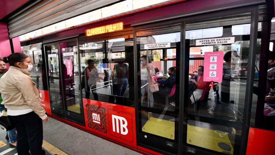 Medidas de seguridad covid en el metrobús eléctrico.