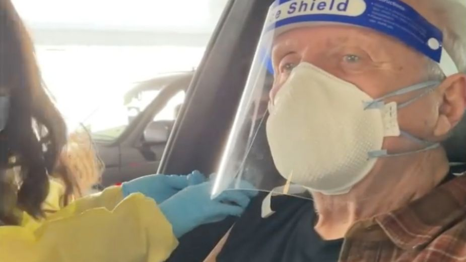 ¡Hannibal Lecter le gana al Covid-19! Anthony Hopkins se aplica la vacuna después de su larga cuarentena: VIDEO