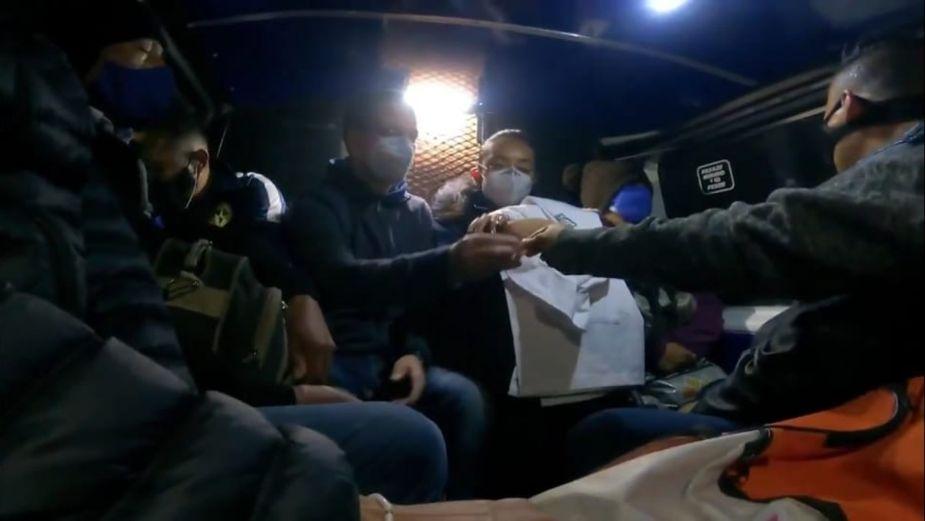 Ricardo Anaya viaja en combi y Metro para acompañar a una enfermera en su jornada