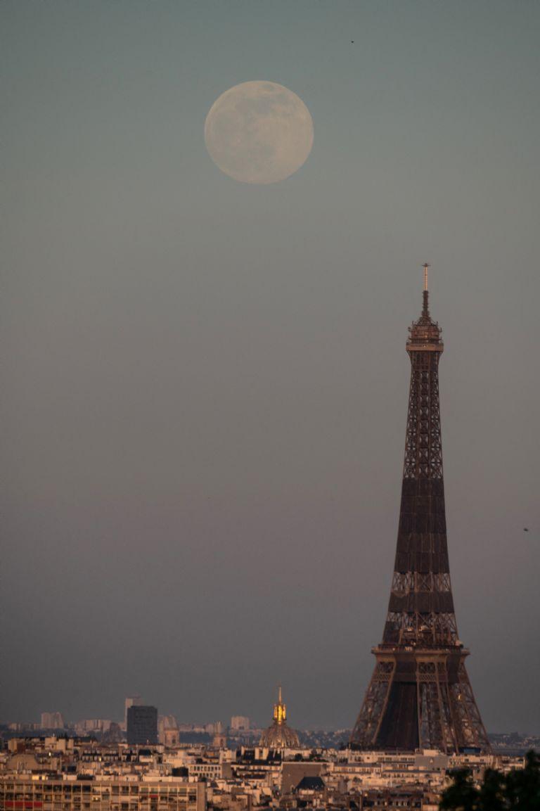 Superluna rosa en la Torre Eiffel, así se vio en París.