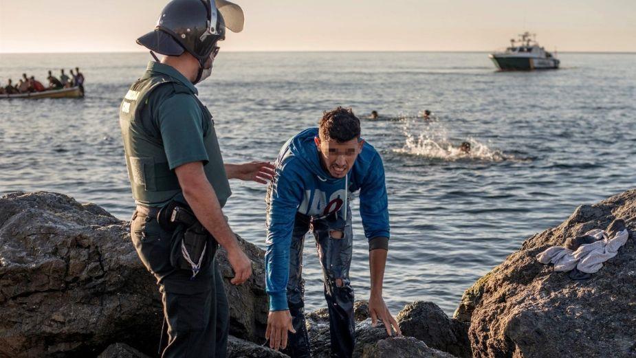 Niños cruzan nadando el mar sin salvavidas; las crueles imágenes de la crisis migratoria en Marruecos