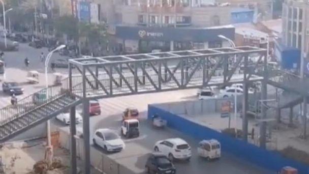 Madre compra puente peatonal para que su hijo vaya a la escuela: VIDEO | El  Heraldo de México