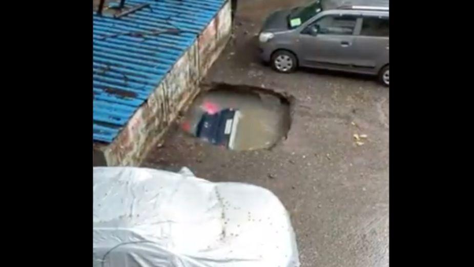 Epidemia de socavones; ahora un auto es desaparecido en medio de la lluvia: VIDEO