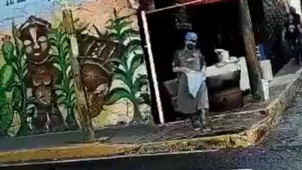 Captan a taquero lavando el trapo con el que limpia los platos en un charco: VIDEO | El Heraldo de México