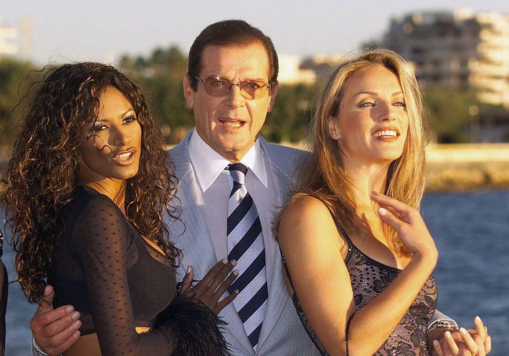 Roger Moore con Traci Bingham y Eva Halina in Cannes en 1999.
