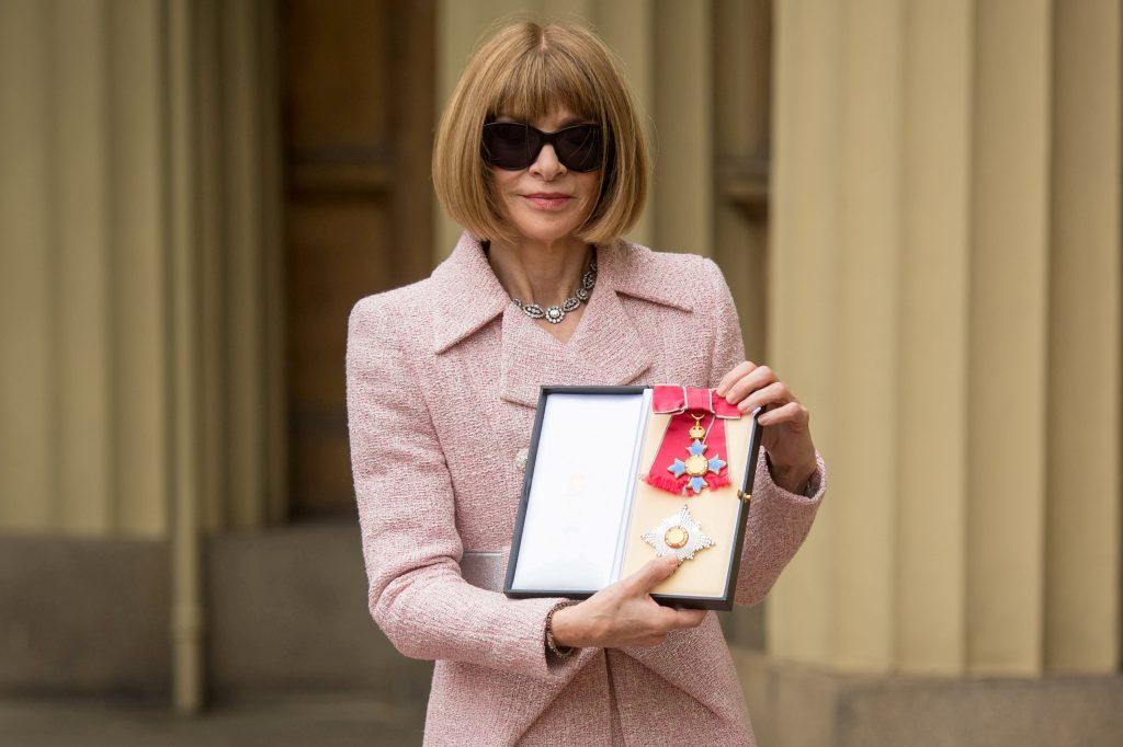 La editora Anna Wintour llegó al palacio con sus clásicas gafas para sol, pero se las retiró antes de entrar al salón de actos. FOTO REUTERS