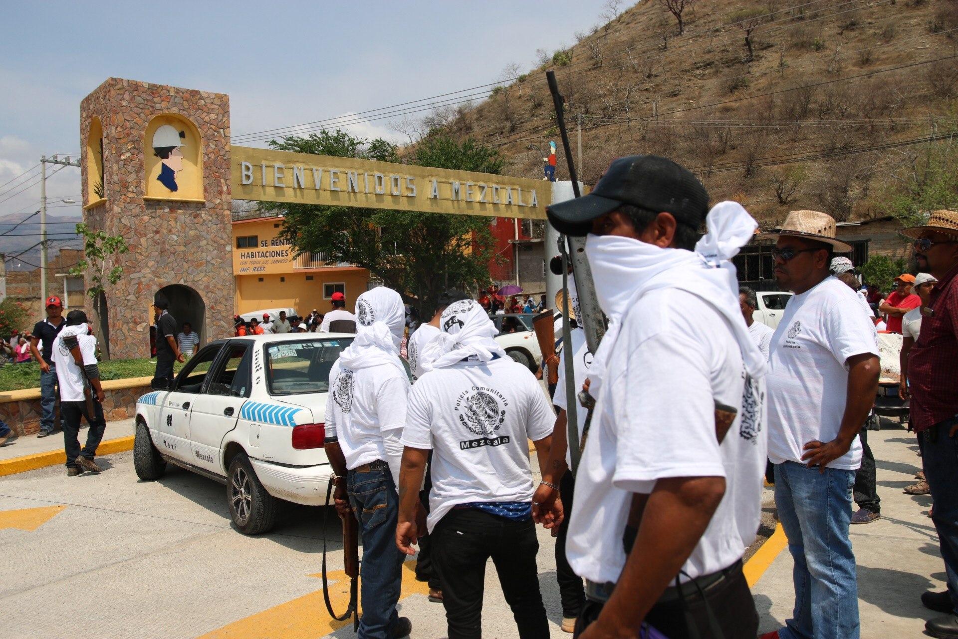 Civiles armados son vistos este domingo 28 de mayo de 2017, en la zona de Mezcala. FOTO EFE