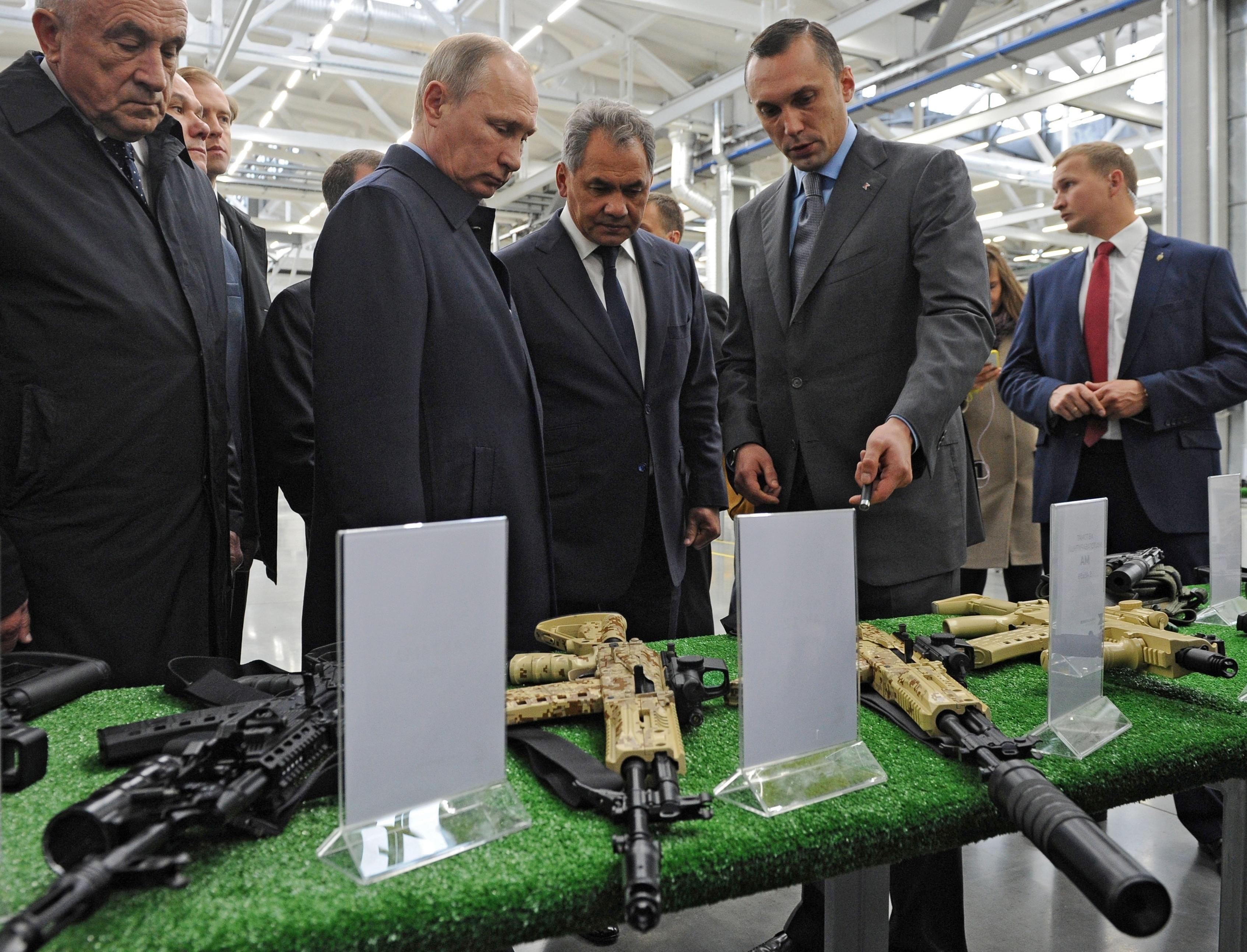 Vladimir Putin visita la planta de armas Kalashnikov. (Mikhail Klimentyev/Sputnik, Kremlin Pool Photo via AP)