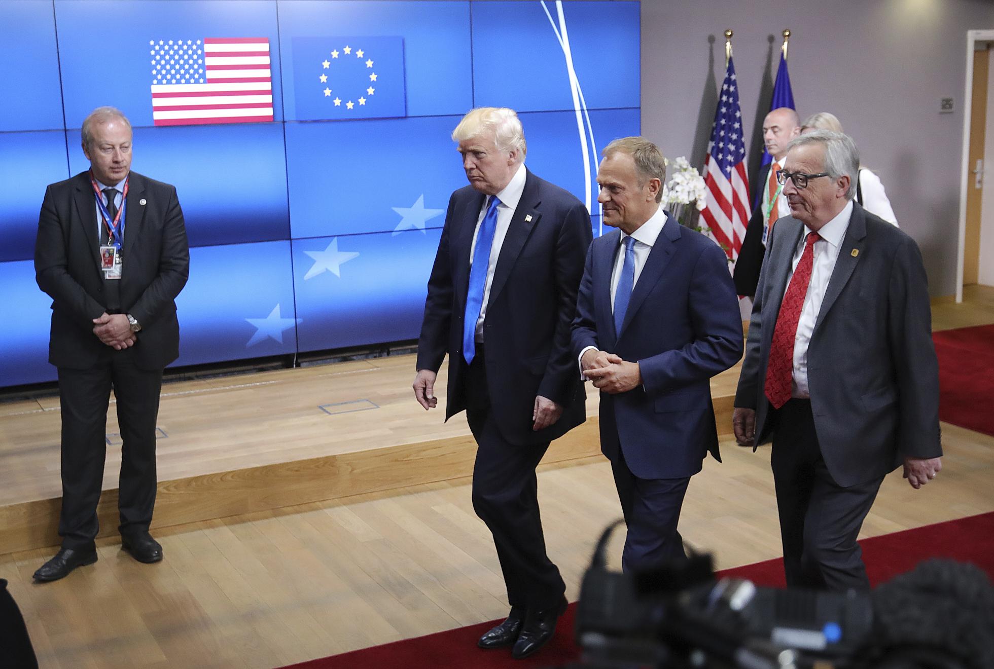 Donald Trump, Donald Tusk y Jean-Claude Juncker, en la reunión de la OTAN. (AP Photo/Olivier Matthys)