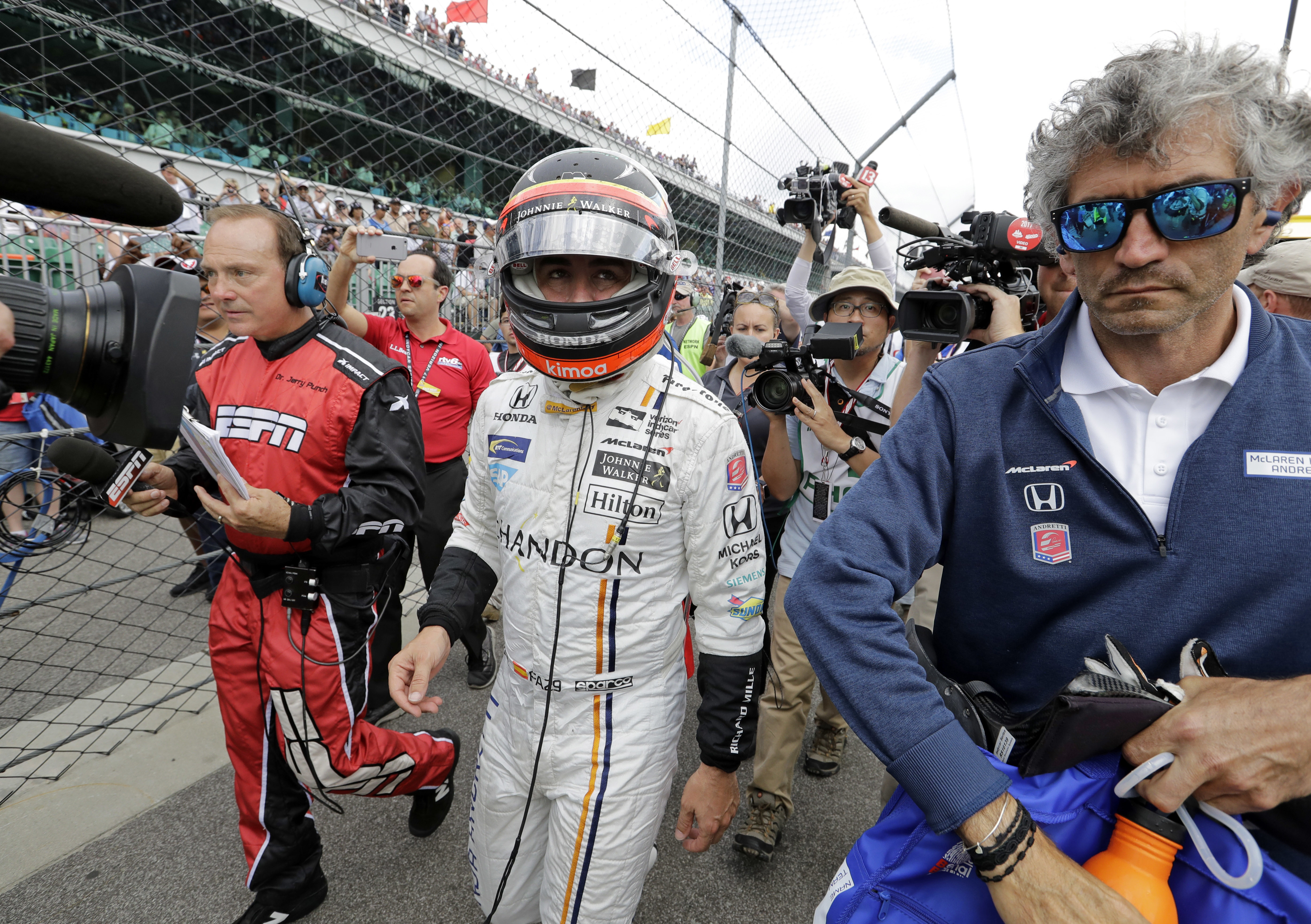 Fernando Alonso abandona la carrera en Indianapolis (AP Photo/Sam Riche)