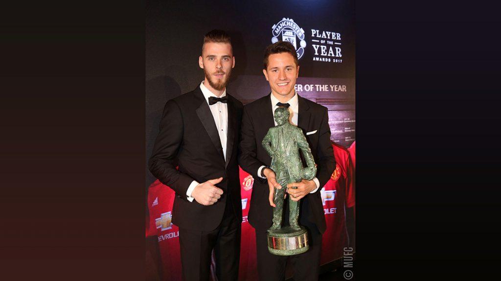 FOTO @ManUtd. De Gea entregó el trofeo Sir Matt Busby Player of the Year a su compatriota