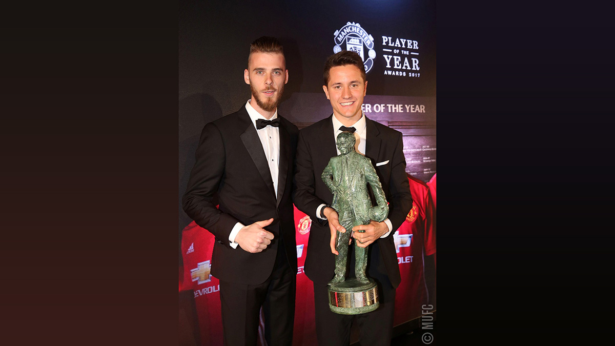FOTO @ManUtd. De Gea entregó el trofeo Sir Matt Busby Player of the Year a su compatriota