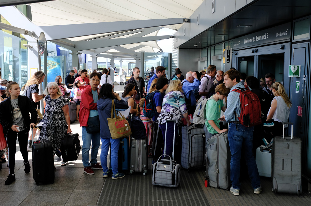 FOTO AFP. Cientos de pasajeros han quedado varados en los aeropuertos de Heathrow y Gatwick