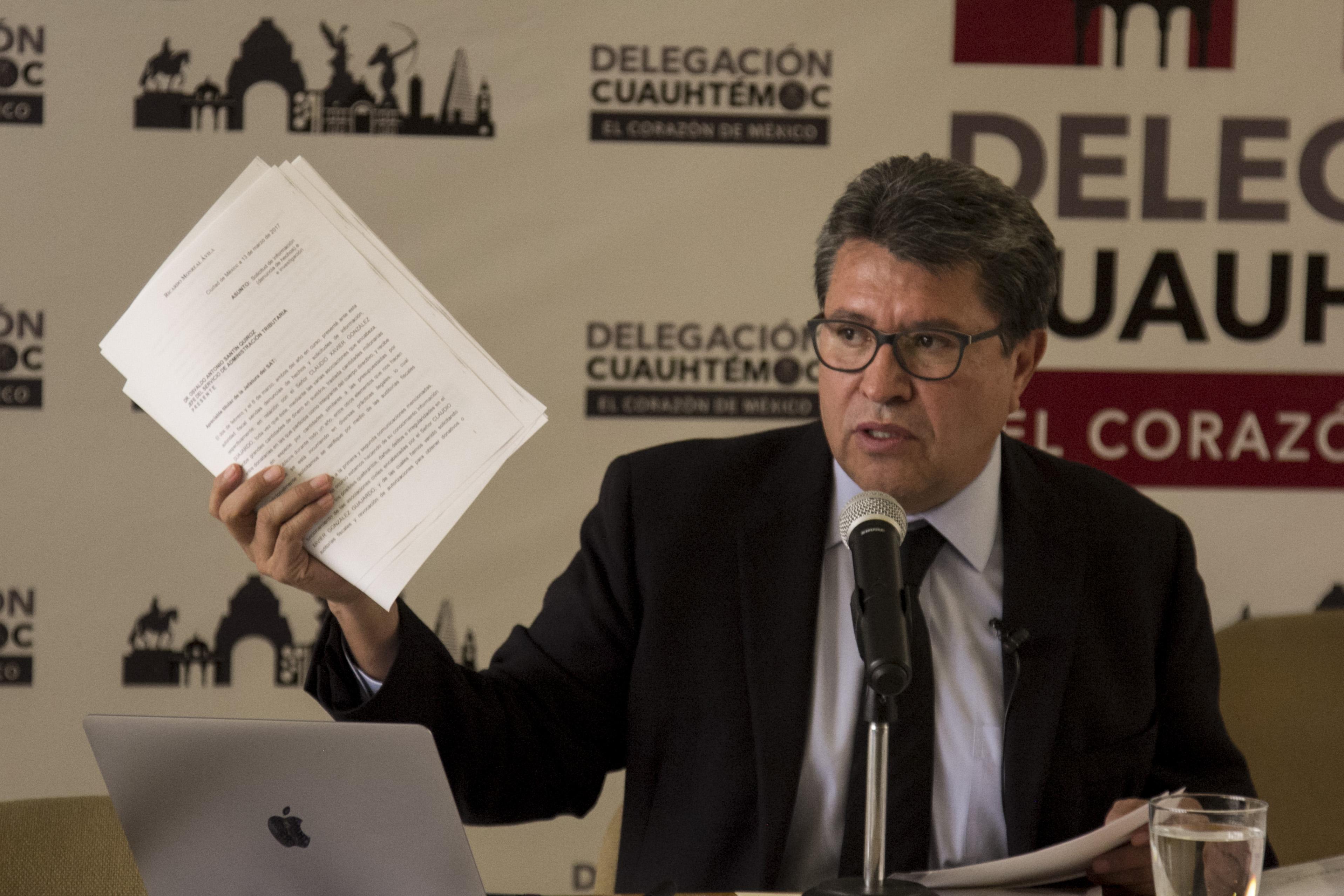 Ricardo Monreal, jefe delegacional en Cuauhtémoc, ofreció conferencia a medios para dar a conocer la documentación de los contratos, que en días anteriores fueron señalados de favoritistas.  FOTO: GALO CAÑAS /CUARTOSCURO.COM