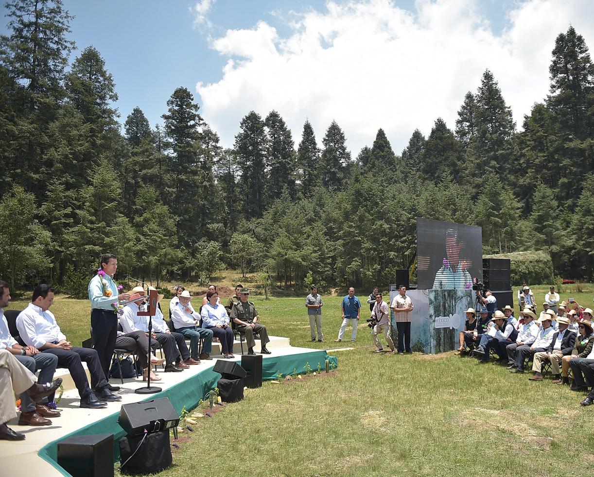 Al encabezar hoy la conmemoración del Día Internacional de la Diversidad Biológica, el Presidente Enrique Peña Nieto informó que en su Administración se han instrumentado nuevas políticas públicas y establecido el manejo del mayor número de áreas naturales protegidas para asegurar que México cumpla su compromiso y su responsabilidad de cuidar la casa de los mexicanos.