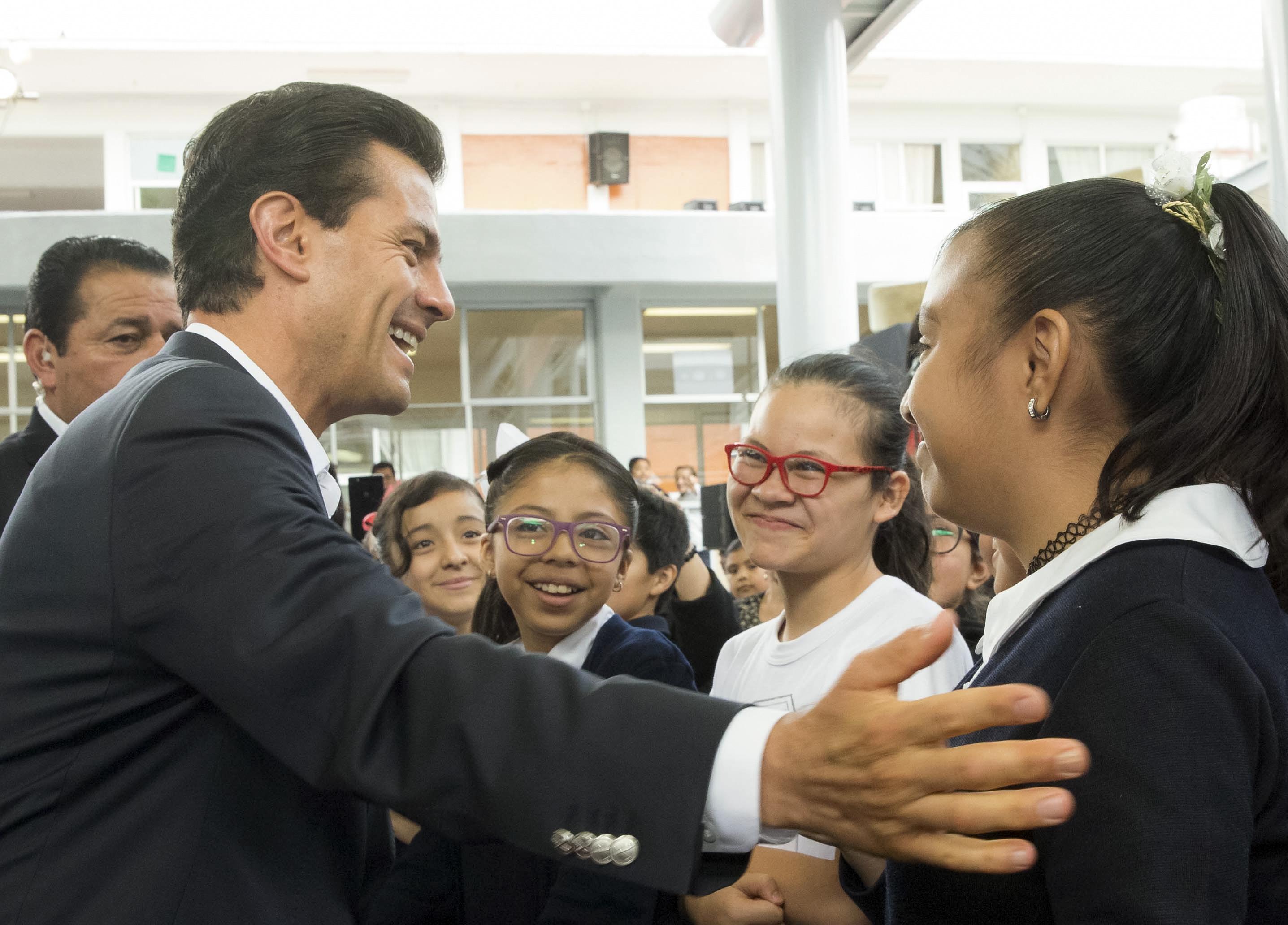 """Durante su visita a la escuela primaria """"Siete de Enero"""", el Presidente Enrique Peña Nieto subrayó que su Gobierno verdaderamente se ha comprometido con la educación.  FOTO: PRESIDENCIA /CUARTOSCURO.COM"""