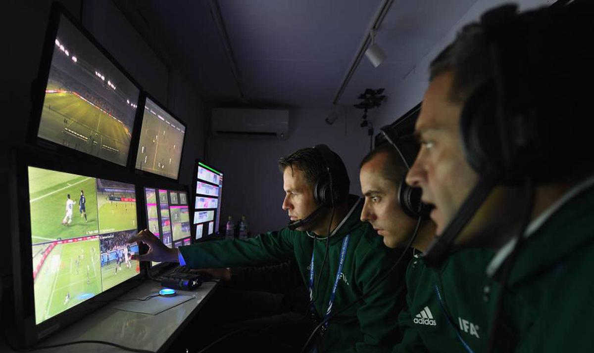 FOTO: AFP El árbitro auxiliar estará en una cabina, en contacto directo con el juez central.