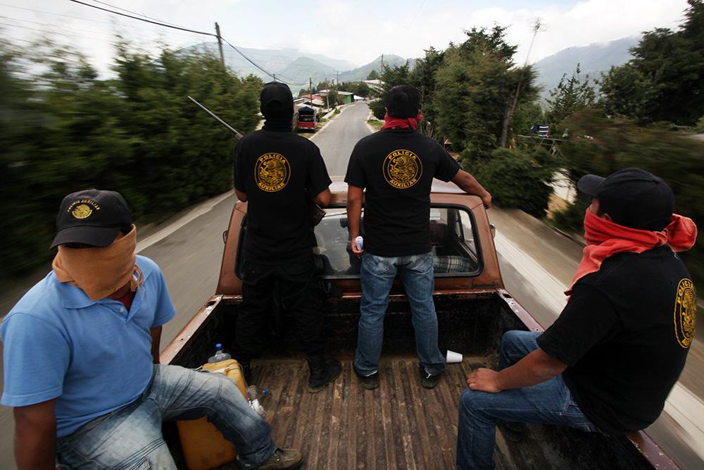 """Los autodefensas que fueron liberados, abandonaron el penal """"David Franco Rodríguez"""" durante la madrugada de este jueves. FOTO: CUARTOSCURO"""