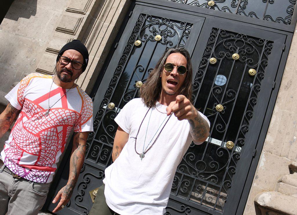 La primera impresión que causa mirar a Brandon Boyd y Mike Einziger, vocal y guitarra de Incubus, respectivamente, es que están atrapados en una fotografía.