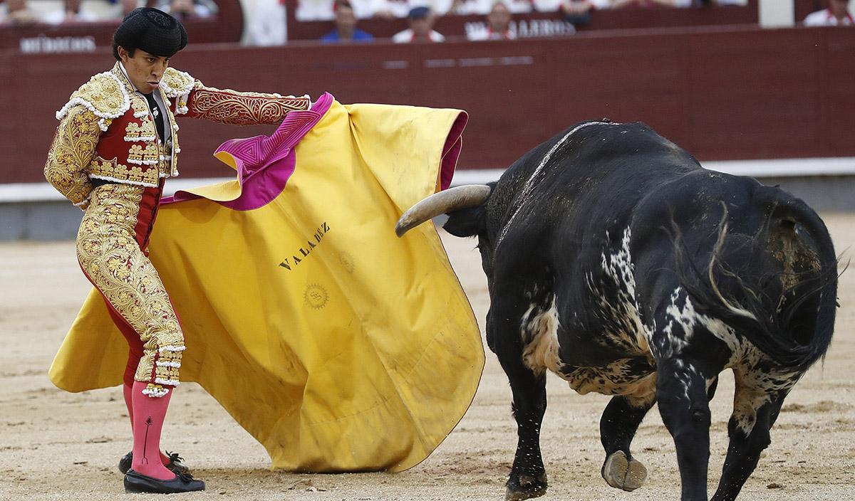 FOTO EFE. El novillero mexicano Leo Valadez, en el décimo noveno festejo de la Feria de San Isidro