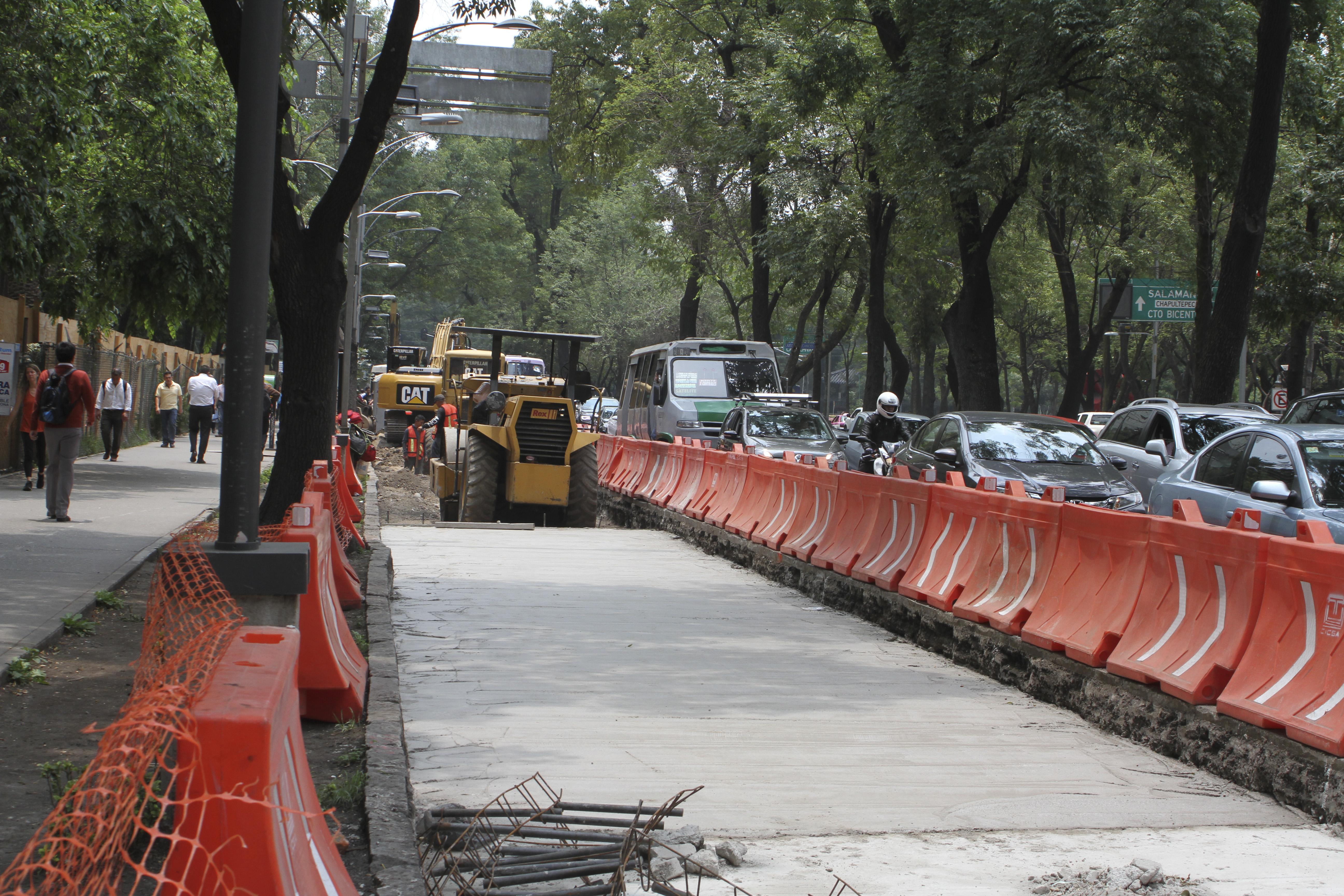 Sobre avenida de la Reforma a la altura del Auditorio Nacional, continúan las obras de la construcción de la línea 7 del Metrobus. FOTO: CUARTOSCURO