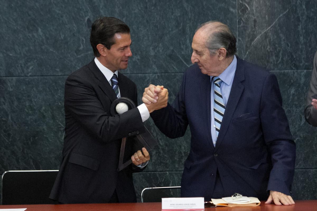 Enrique Peña entregó al poeta Eduardo Lizalde el premio