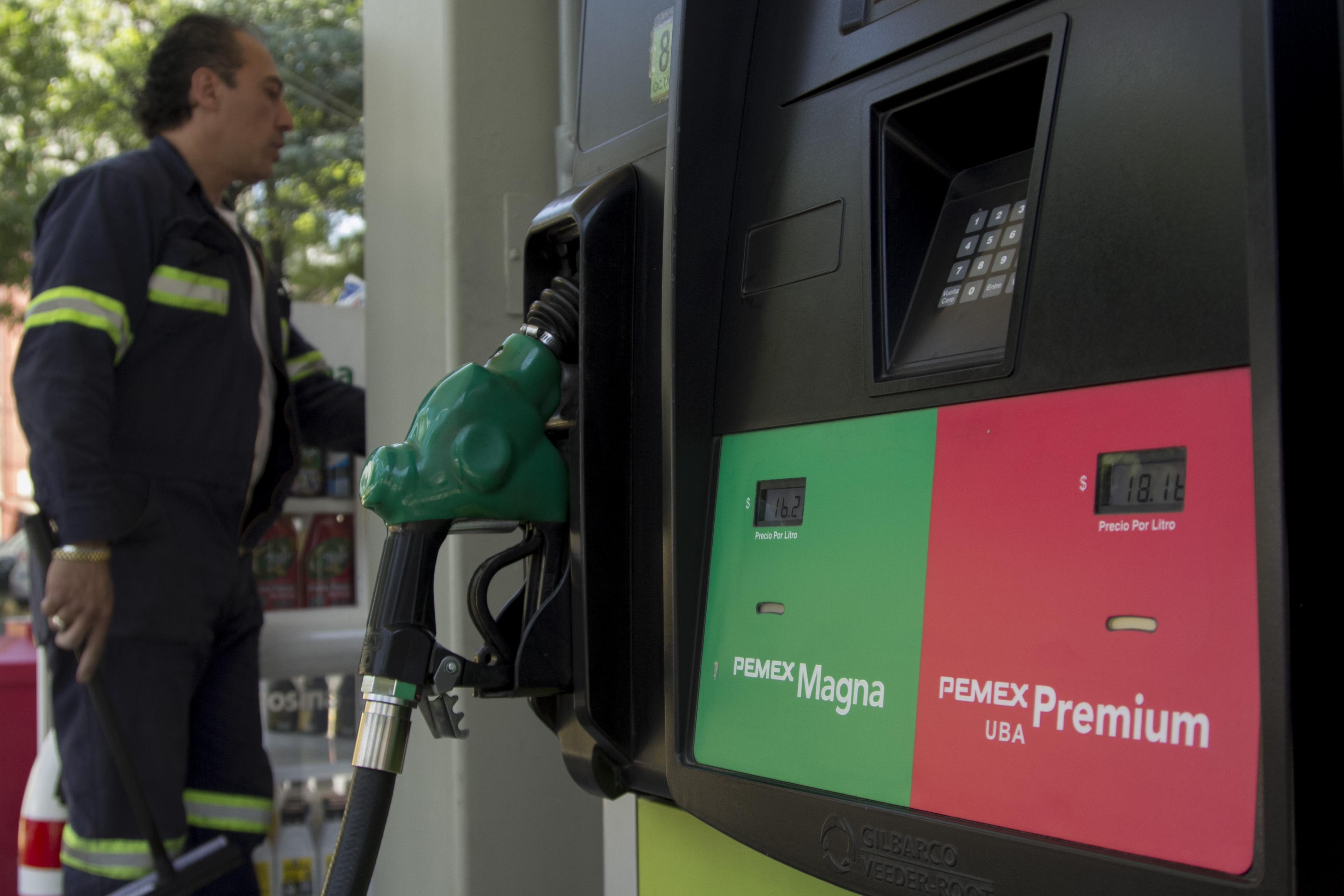 El costo de la gasolinas serán de 16.08 pesos Magna y de Premium  17.96 pesos en CDMX. FOTO CUARTOSCURO