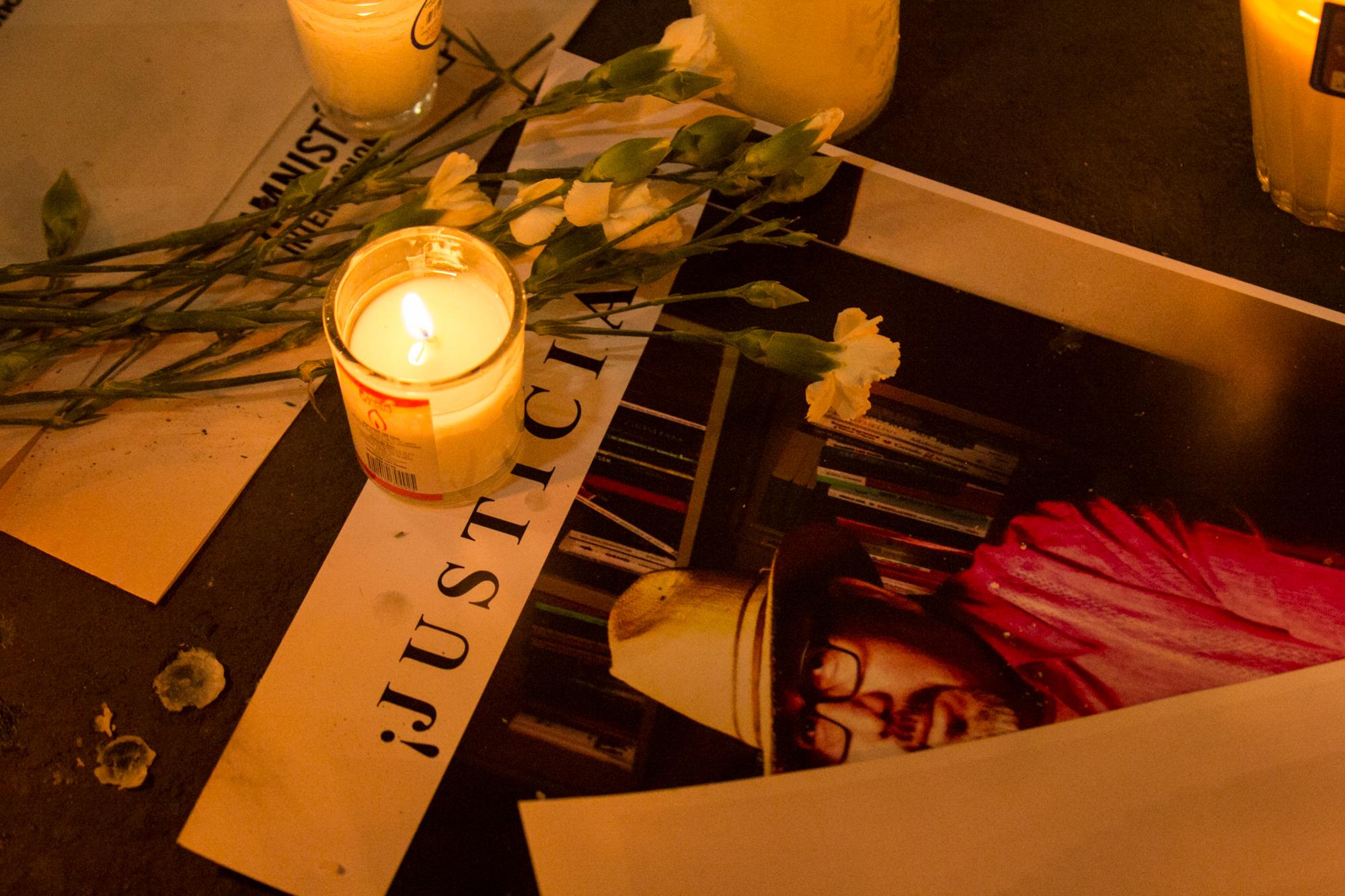 Estudiantes de periodismo; fotógrafos; camarógrafos e integrantes de la sociedad civil se congregaron a la entrada de la Secretaría de Gobernación para protestar en contra del asesinato del periodista Javier Valdez Cárdenas. FOTO CUARTOSCURO