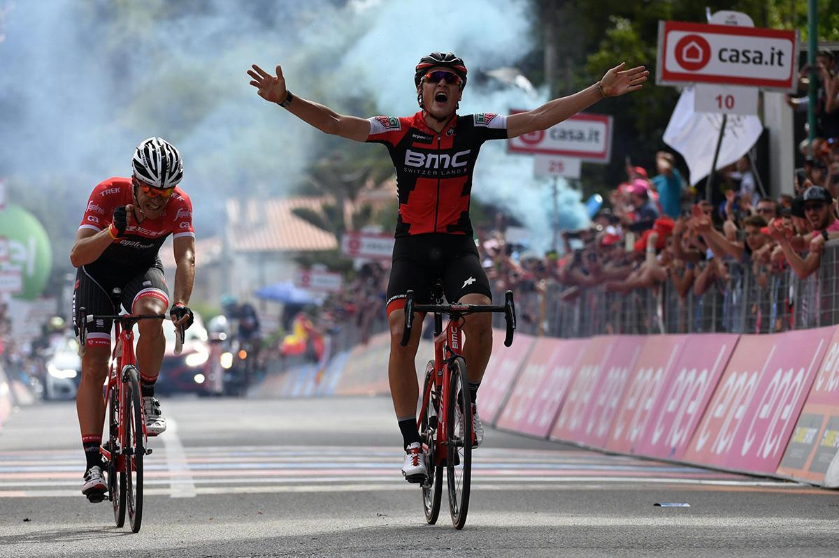 FOTO EFE. Dillier aguantó el cierre de Jasper Stuyven para ganar la etapa