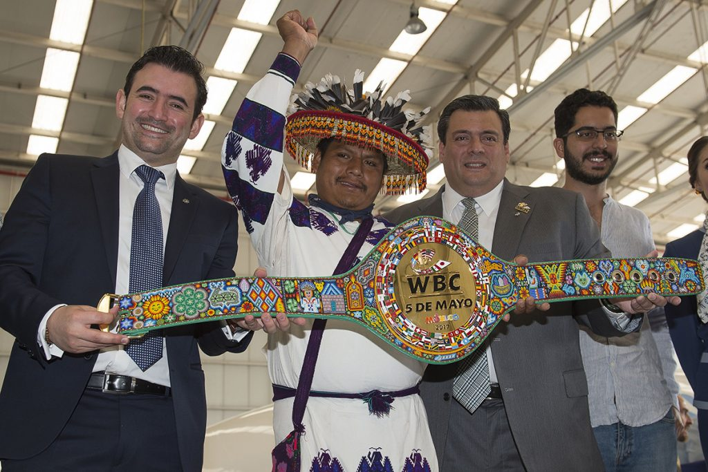 FOTO MEXSPORT. Sulaimán espera entregar el cinturón Huichol al Canelo en un par de semanas