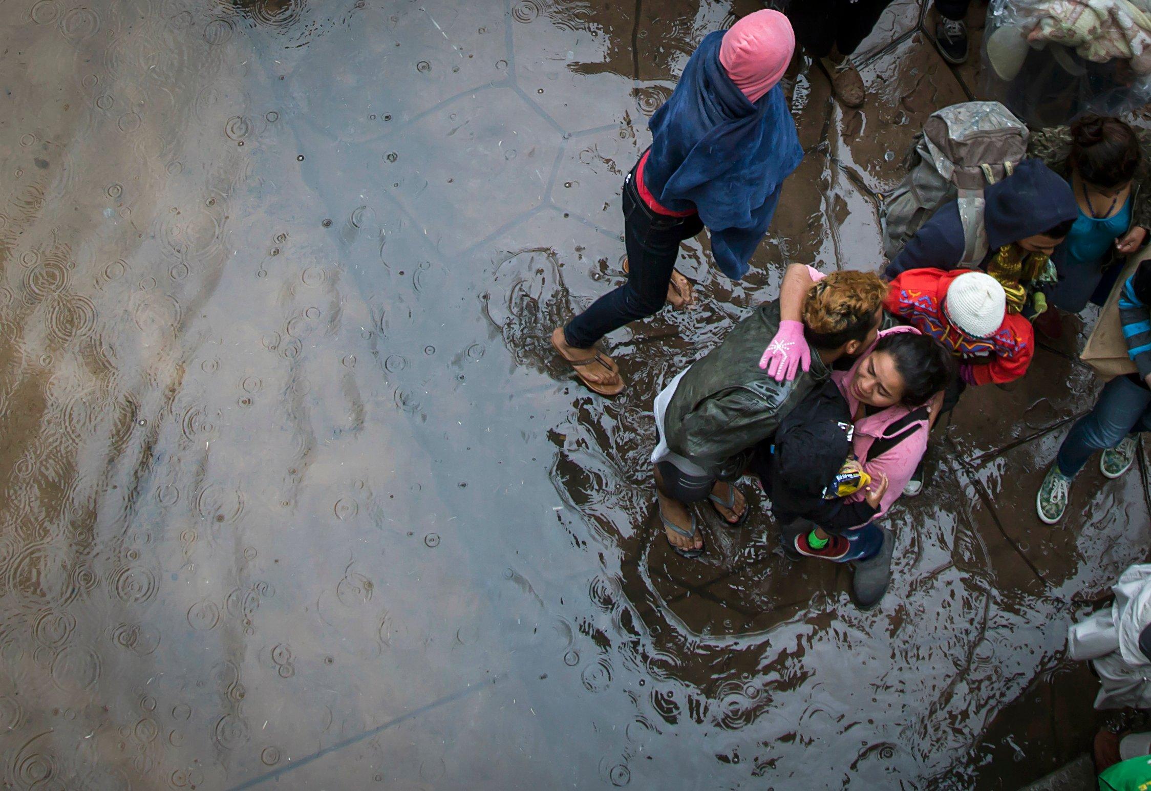 Migrantes esperan en Tijuana poder cruzar a Estados Unidos para pedir asilo. FOTO: CUARTOSCURO