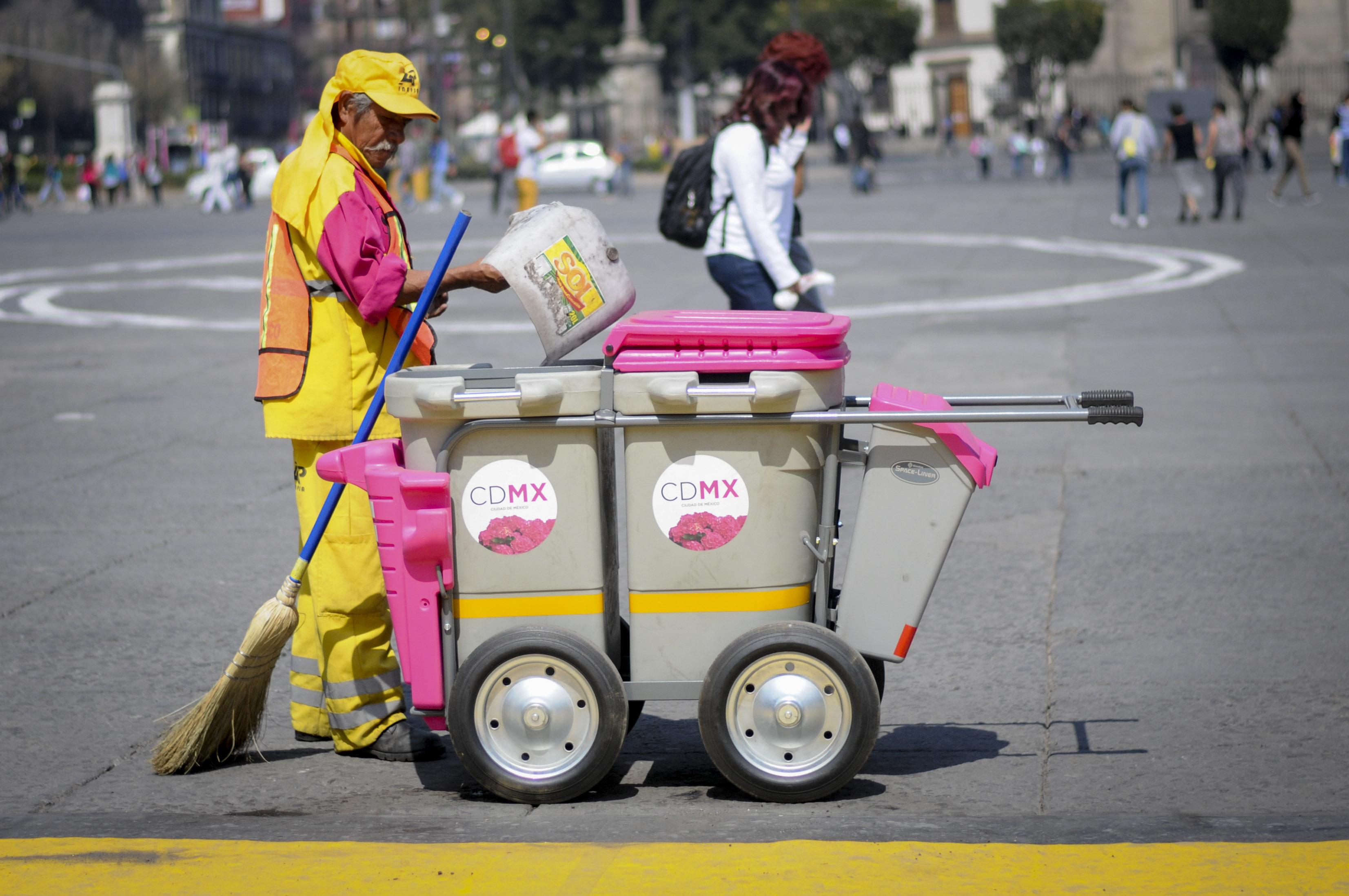 El escuadrón de limpia del centro histórico recoge la basura de las calles en el zócalo capitalino.