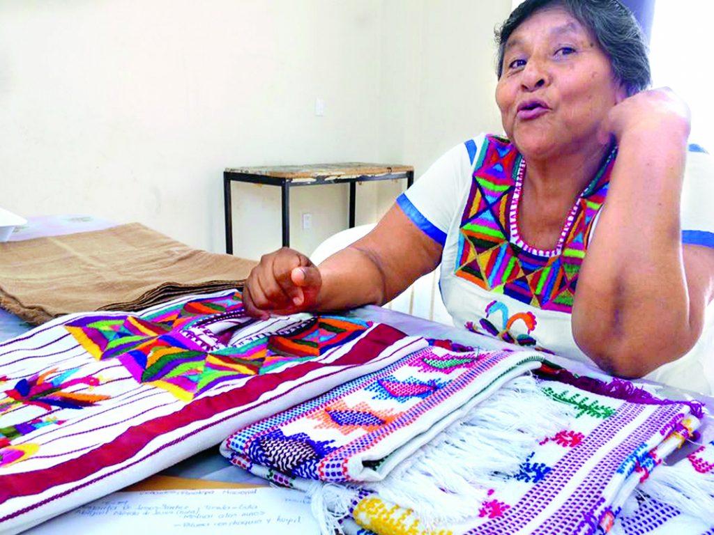 Artesanos textiles de Santiago Jamiltepec, comunidad de la costa oaxaqueña, resultaron elegidos. FOTO:  NOTIMEX