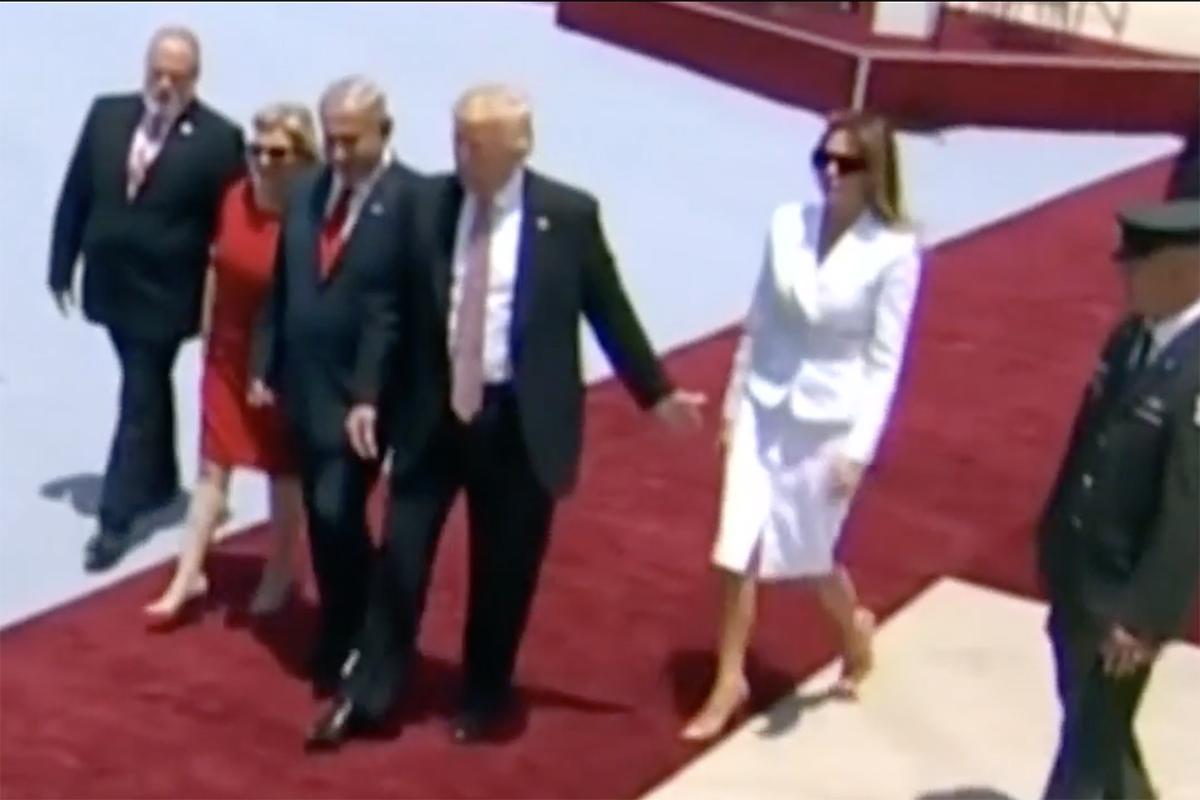 VIDEO Melania Trump rechaza la mano de Donald y da la vuelta al mundo
