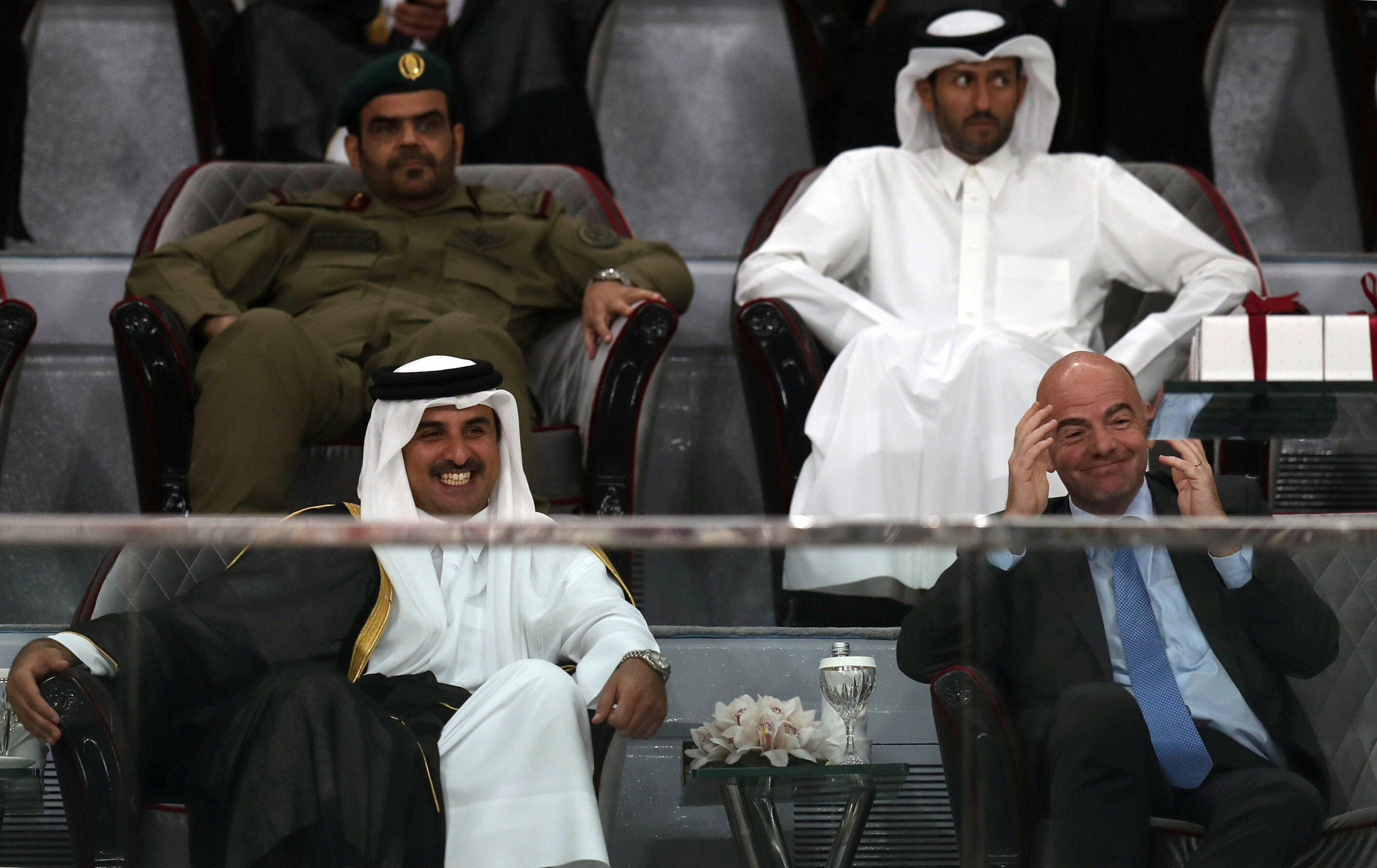 Emir Sheikh Tamim Bin Hamad Al-Thani y Gianni Infantino durante un partido para celebrar el último partido de la liga de Catar. REUTERS/Ibraheem Al Omari