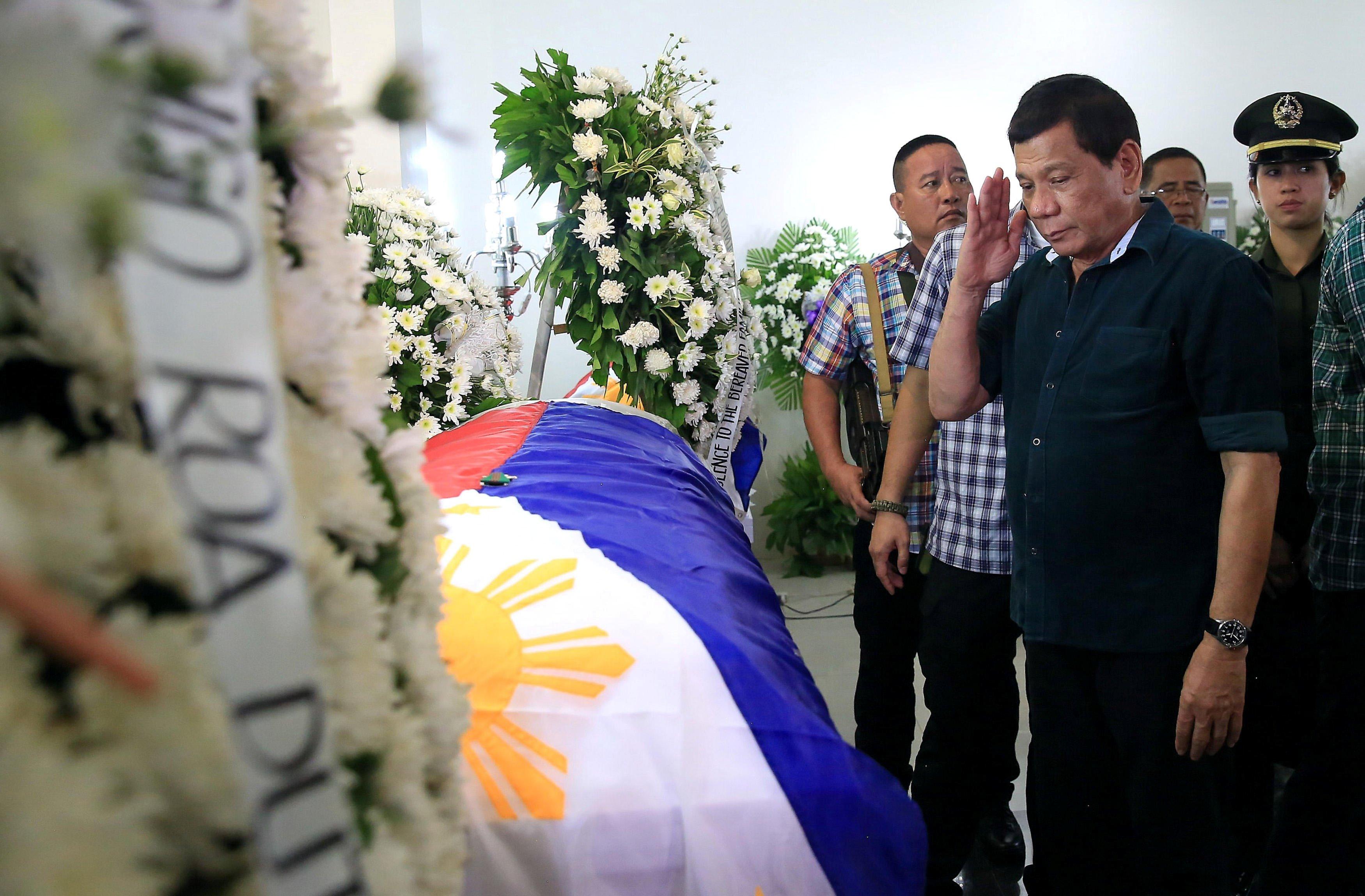 Rodrigo Duterte se despide de un soldado muerto en el ataque de extremistas. @Reuters foto