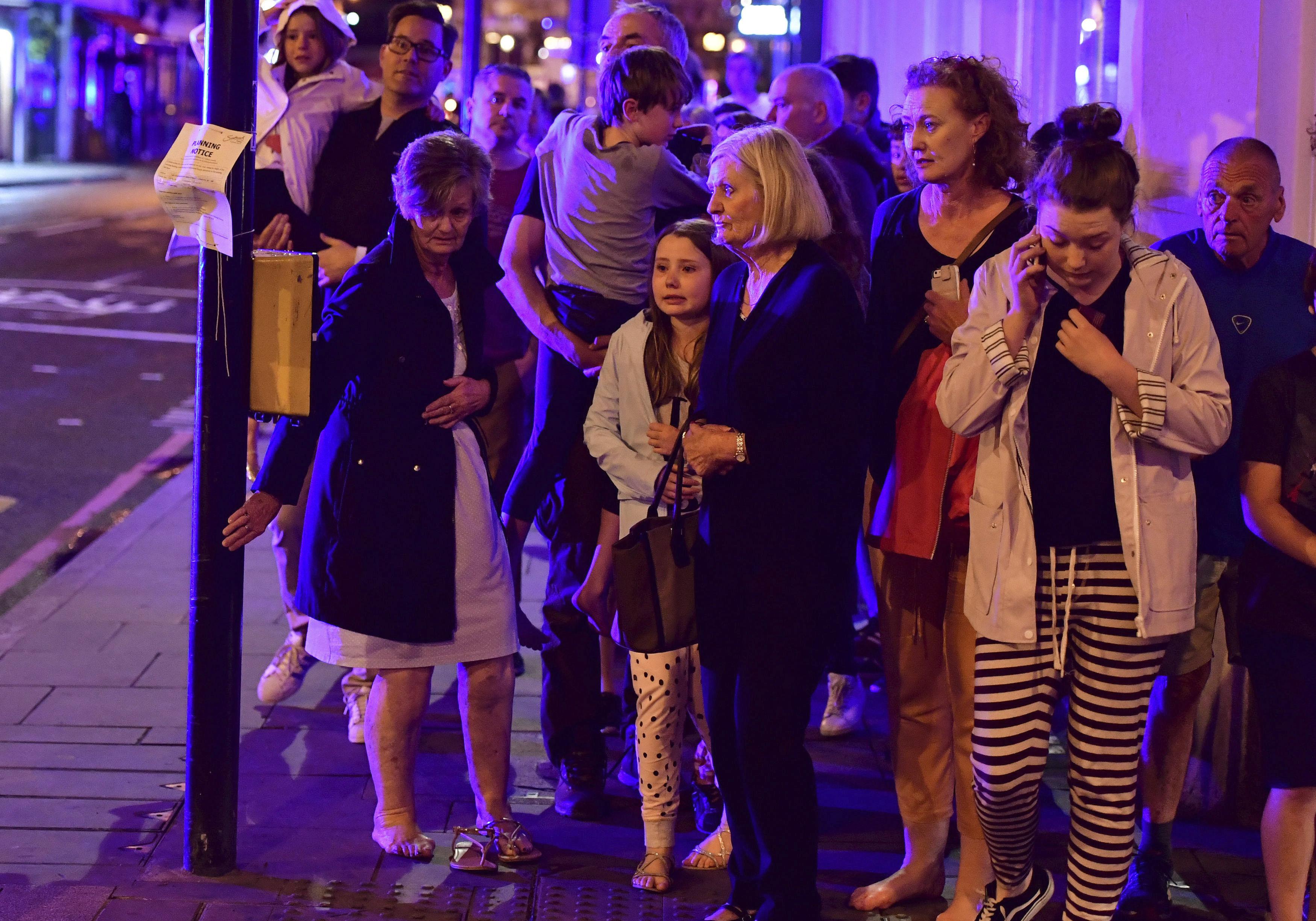Peatones que transitaban por la calle Borough son evacuados tras los ataques de este sábado en Londres. FOTO: Dominic Lipinski/PA via AP