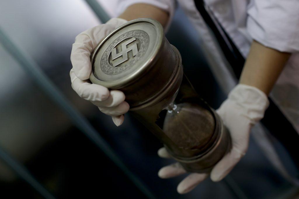 Un reloj de arena de la colección hallada en una biblioteca en Buenos Aires. FOTO: AP Photo/Natacha Pisarenko
