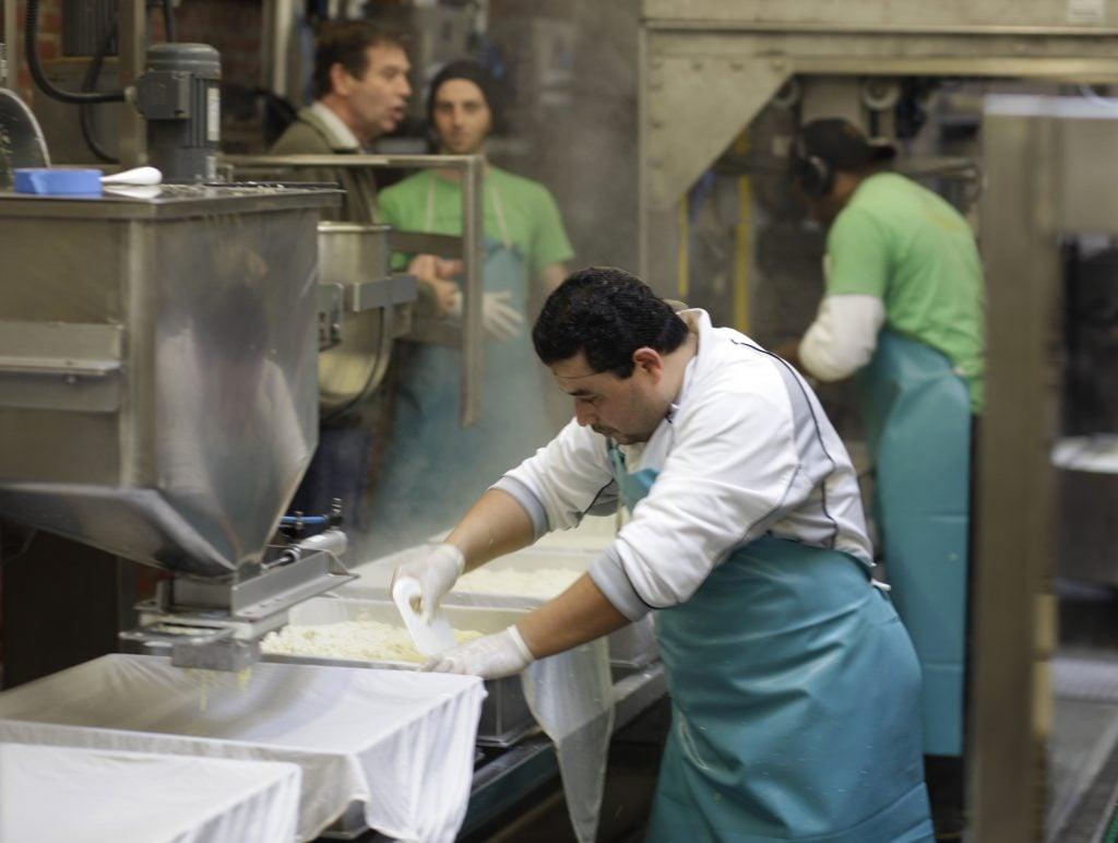 Trabajador de la industria de lácteos en Estados Unidos. (AP Photo/Eric Risberg)