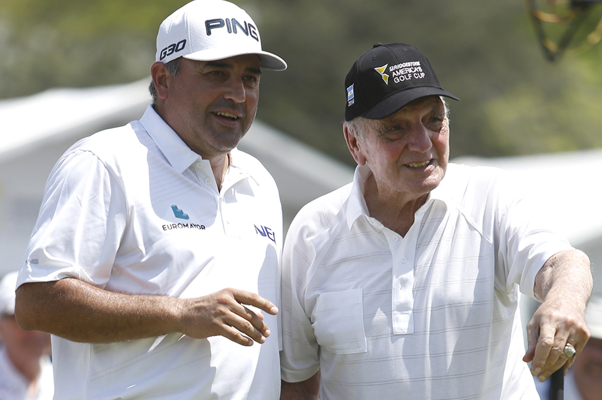 FOTO AFP. De Vicenzo con el otro grande del golf albiceleste, Ángel Cabrera.