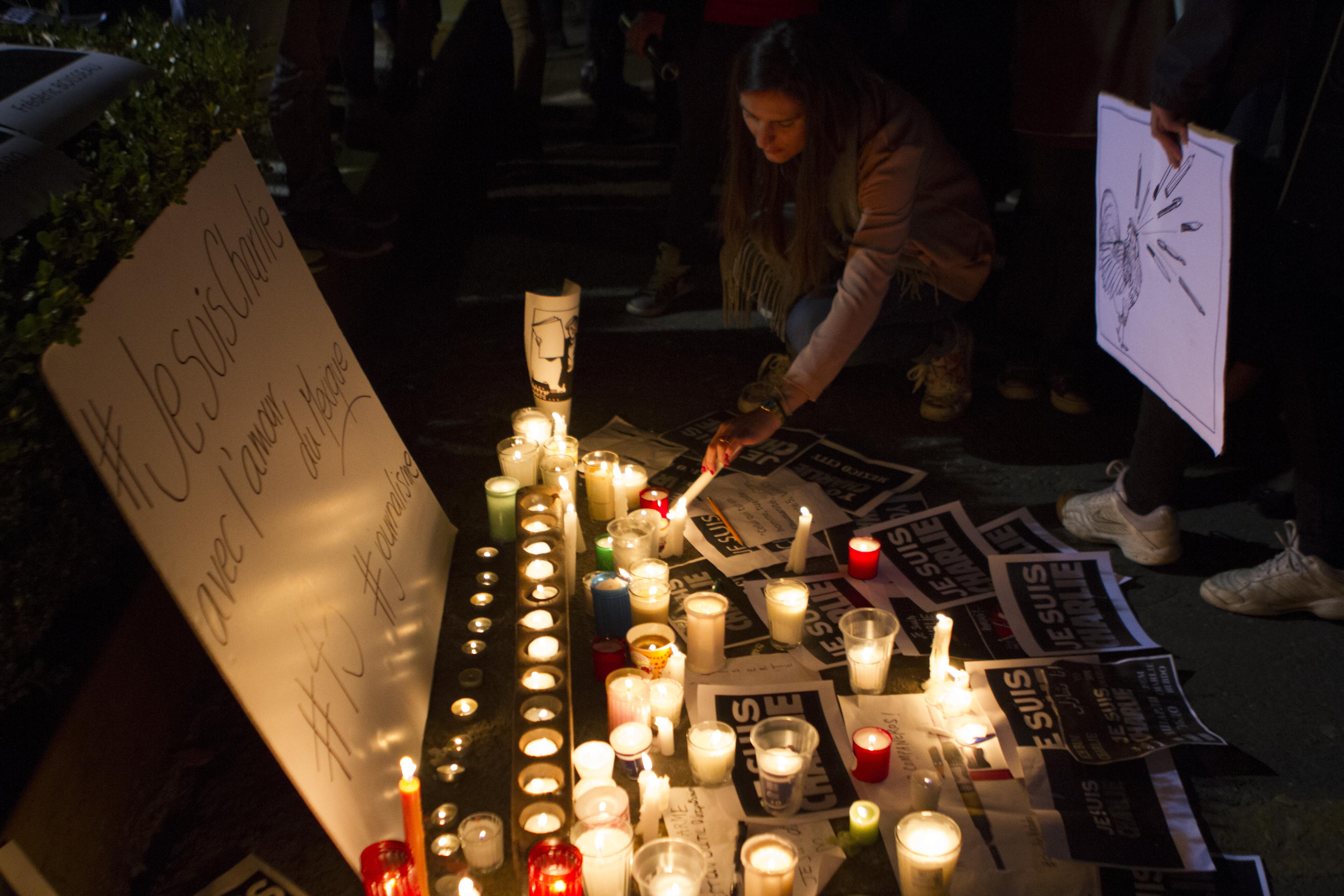 Decenas de personas acudieron a la Embajada de Francia en México a expresar su solidaridad luego del ataque perpetrado dentro de la redacción de la Revista Charlie Hebdo. FOTO: IVÁN STEPHENS /CUARTOSCURO.COM