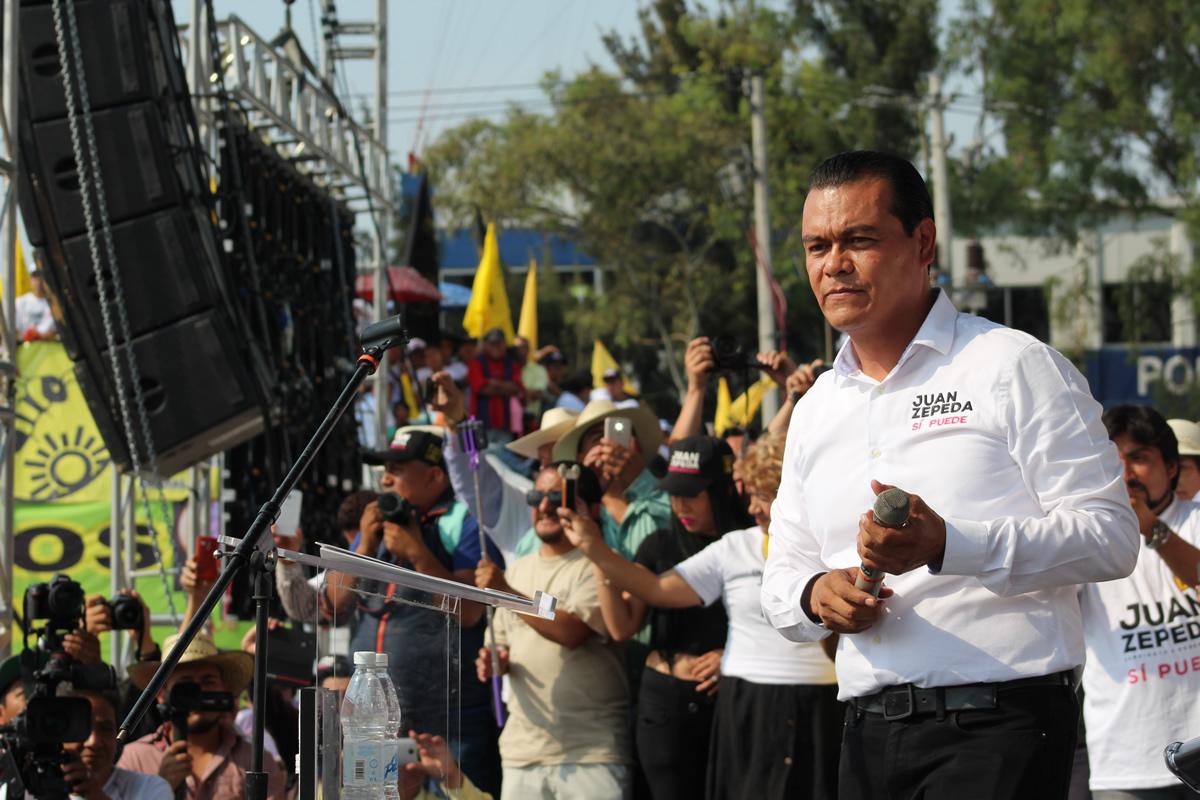 Juan Zepeda llegó como un rockstar a su cierre de campaña: saludó a la multitud, se tomó fotos con todos los que se lo pedían