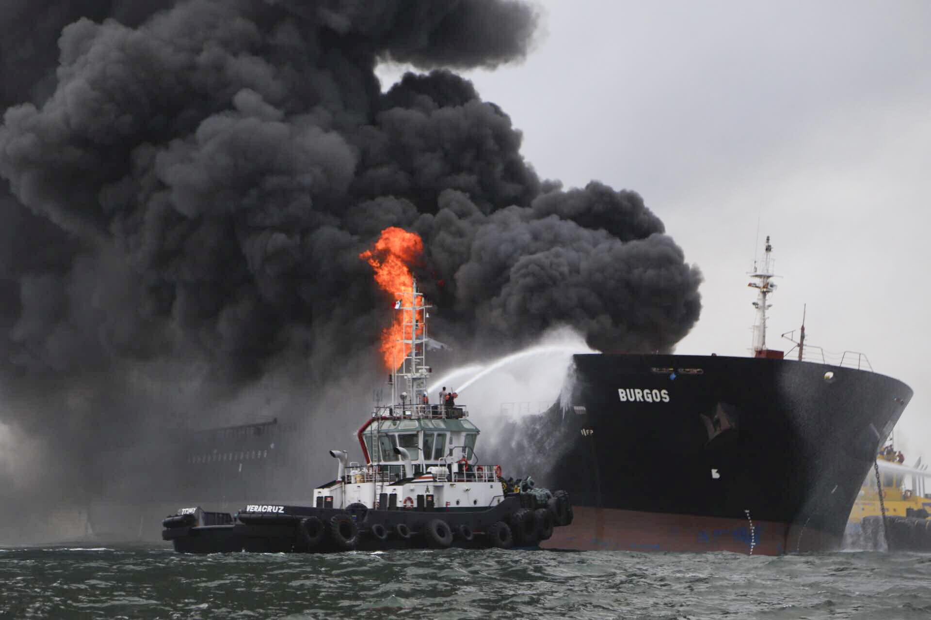 El buque Burgos explotó a 7 millas aproximadamente de la costa con 80 mil barriles de Diésel, 71mil barriles de magna y 16mil barriles de gasolina desulfurada. FOTO: ILSE HUESCA CUARTOSCURO.COM