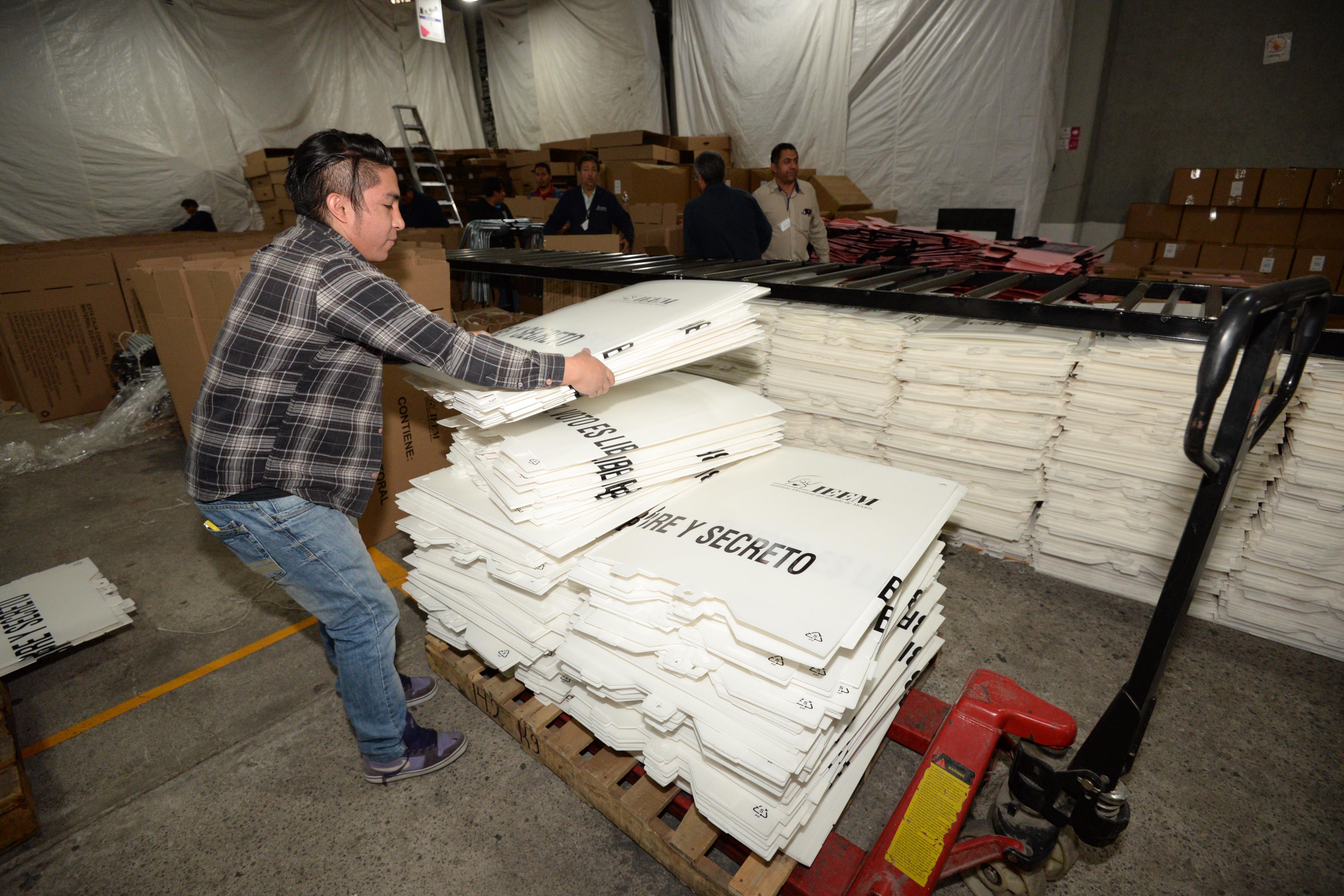 Trabajos de integración y distribución de papelería electoral en el Instituto Electoral del Estado de México. FOTO: ARTEMIO GUERRA  /CUARTOSCURO