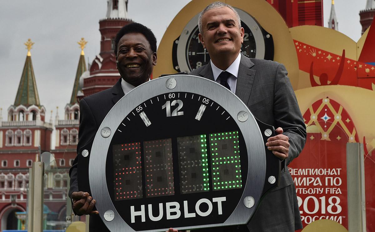 FOTO AFP. O'Rei y Ricardo Guadalupe, CEO de la empresa fabricante del reloj.