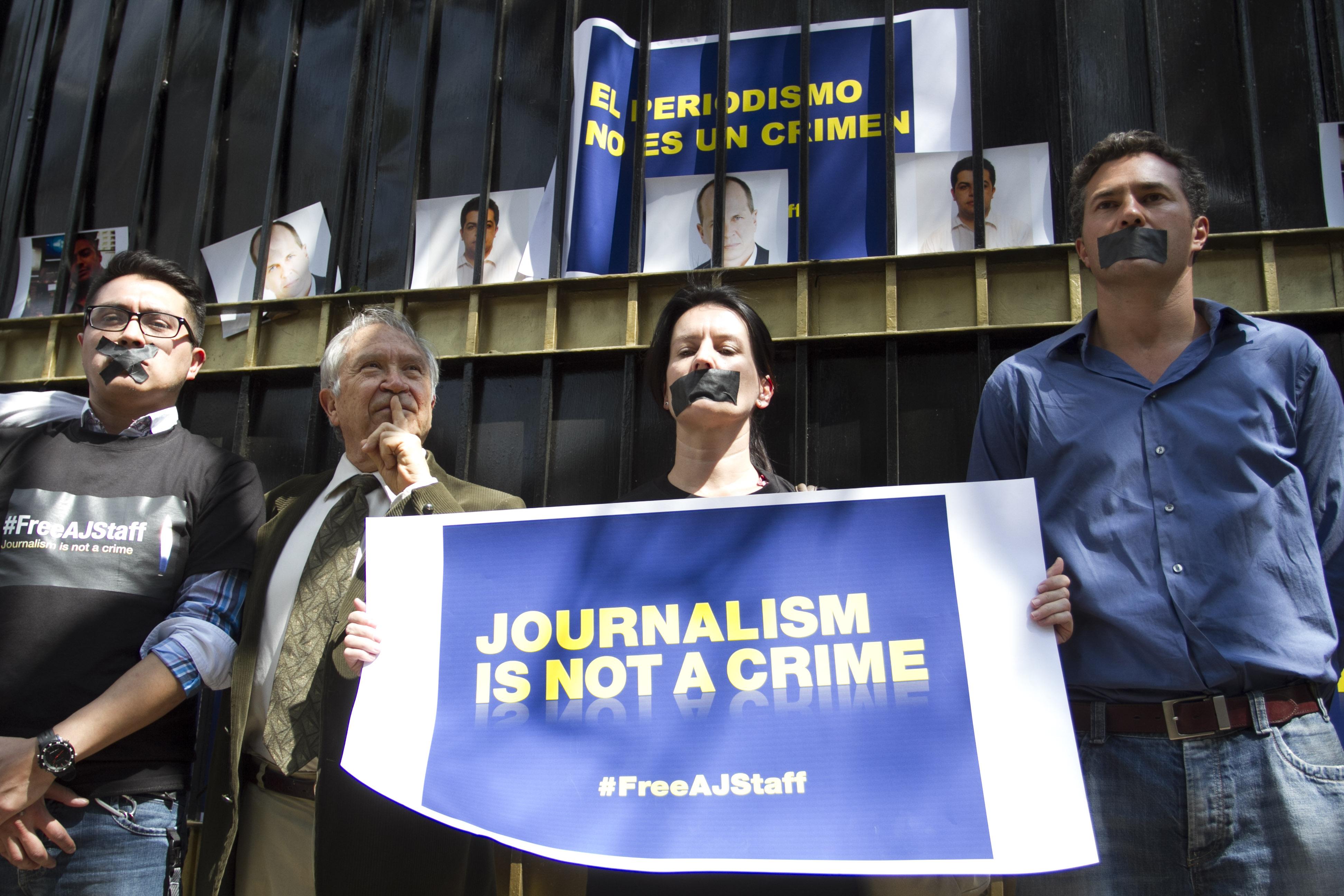 El escritor Homero Aridjis y colaboradores de la agencia de noticias Al Jazeera protestaron a las afueras de la Embajada de Egipto, exigiendo la liberación de periodistas de Al Jazeera encarcelados en Egipto y detenidos el pasado 29 de diciembre. FOTO: GUILLERMO PEREA /CUARTOSCURO.COM