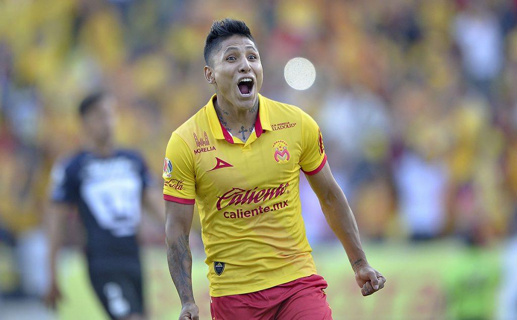 FOTO MEXSPORT. El goleador peruano renovó con Morelia, pero el equipo michoacano espera una oferta jugosa.